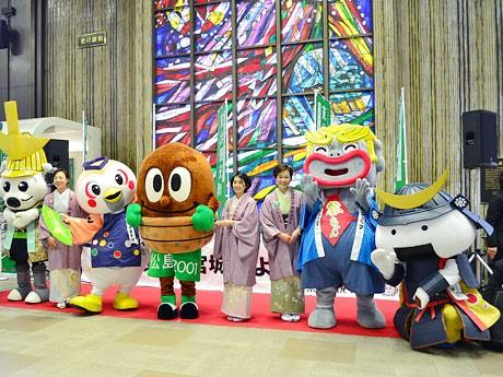 仙台駅で行われた「東北観光博」オープニングイベント。県内4ゾーンのおかみとご当地キャラが顔をそろえ、それぞれの地元をPRした