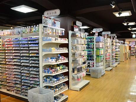 「ユザワヤ」仙台駅前店の店内。手芸用品・生地・ホビー材料など5万点をそろえる