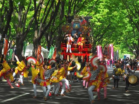 2010年の「仙台・青葉まつり」の様子。5月の新緑の下を2年ぶりにすずめが舞う
