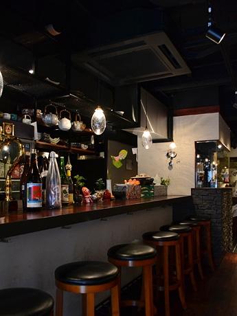 かん酒・白ワイン・焼き鳥の店「もみじ」カウンター席。店内は落ち着いた雰囲気で、30~40代の女性客も多く訪れる