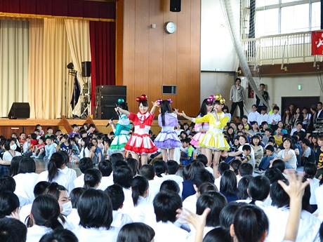 折立小学校・中学校の全校集会にサプライズ登場した「ももクロ爽」。児童・生徒たちから大きな歓声が上がった