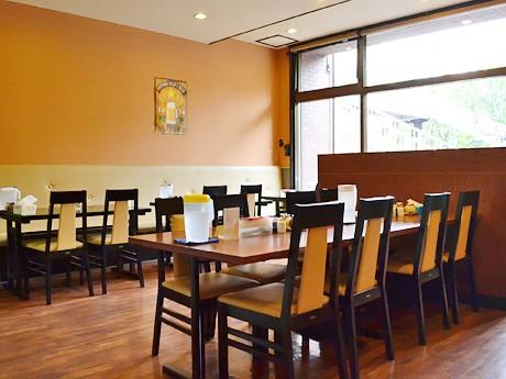 「仙台カレー食堂」店内。各テーブルには辛さ調整用の唐辛子パウダーも
