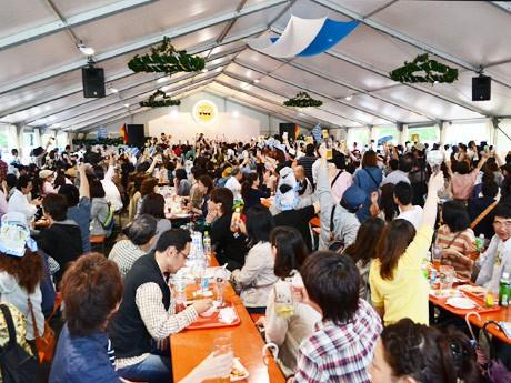 「オクトーバーフェスト in 仙台」開催初日、ビール好きの市民で盛り上がりを見せるテント内の様子