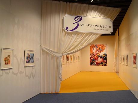 「ジョジョ展 in S市杜王町」会場の様子。「ジョジョ」第1部~第8部の原画が順を追って展示されている