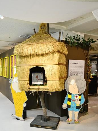 「ゲゲゲの鬼太郎ワールド」に展示されている「ゲゲゲハウス」と鬼太郎、ねずみ男。天井には一反木綿も