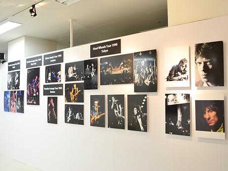 日本人唯一のザ・ローリング・ストーンズ公式フォトグラファー・有賀幹夫さんが撮影した写真をパネル展示