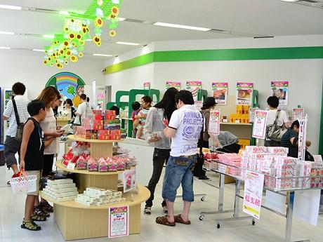 会場の様子。番組内で紹介したものを中心に、全国の人気ご当地菓子35種類を販売する
