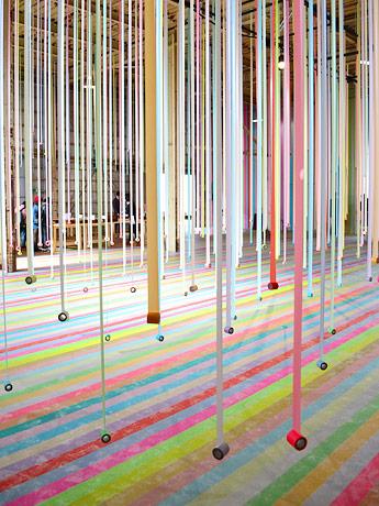 色とりどりのマスキングテープ約540本をつり下げたインスタレーション