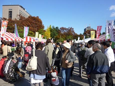 秋晴れに恵まれ多くの来場者でにぎわった昨年の「仙臺鍋まつり」の様子