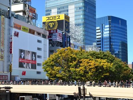 「H&M」仙台さくら野店に続くペデストリアンデッキにオープン前から並んだ900人の行列