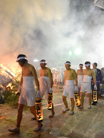 仙台・大崎八幡宮で無病息災願う「どんと祭」-大雪警報の中、裸参りも