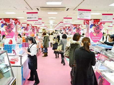 藤崎「レインボーバレンタイン」会場の様子。多数購入する客やカップルで選ぶ客の姿も目立った