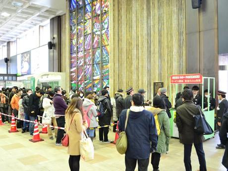 仙台駅2階コンコースに設けられた臨時販売所。8時の販売開始から30分足らずで300枚が完売した