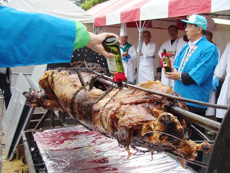 「食肉まつり」で振る舞われる宮城県産黒毛和牛丸焼き。写真は昨年の様子