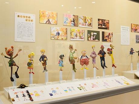 「人形がいっぱい!山村エナミの世界」で展示されている「長くつ下のピッピ」の人形とデザイン画