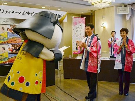 村井県知事(中央)から辞令を受け取ったむすび丸(左)。奥山恵美子仙台市長(右)もむすび丸の昇進を喜んだ