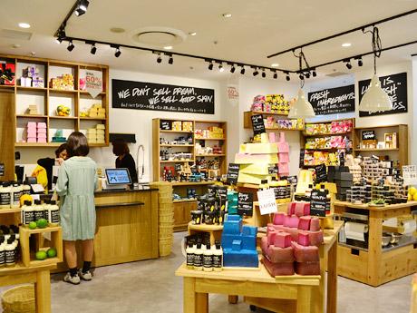 リニューアルした「LUSH」仙台ロフト店の店内。白と木目を基調にした明るく温かみのある空間が特徴