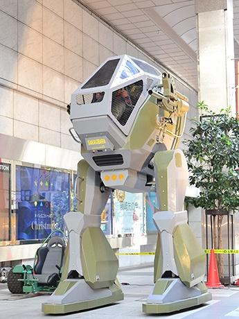 全高3.4mで、2本の脚と1人乗りコックピットを持つ搭乗型ロボット「LAND WALKER」。4つのペダルを操作して前後左右に歩行できる