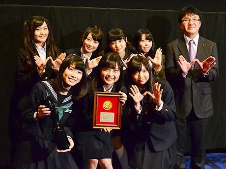ヒロインを演じる声優ユニット「Wake Up, Girls!」の7人と仙台市の伊藤敬幹副市長