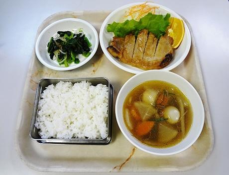 「学校給食フェア」1月29日のメニュー。おかずや汁物はABS樹脂食器、ご飯はステンレス容器と、実際に学校給食で使われている食器で提供する