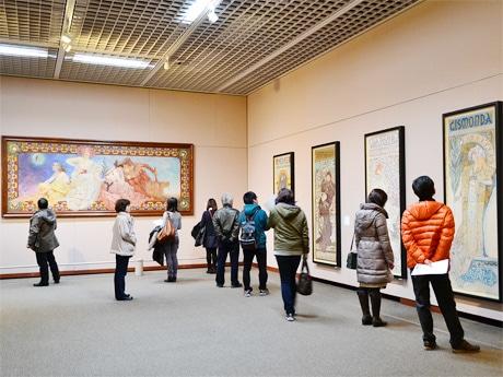 「ミュシャ展」会場の様子。美術ファンや年配客、学生など幅広い層が連日訪れている
