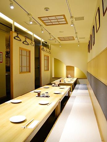 地下1階の「まるごと食堂」店内。木目を基調にした温かみのある雰囲気が特徴