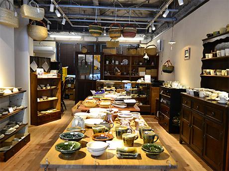 「ギャルリ アルブル」店内の様子。脇坂さん夫妻がセレクトした器や雑貨が並ぶ