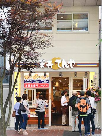 「天丼てんや」仙台一番町店オープン初日の様子。一時満席となり、弁当を買い求める客も