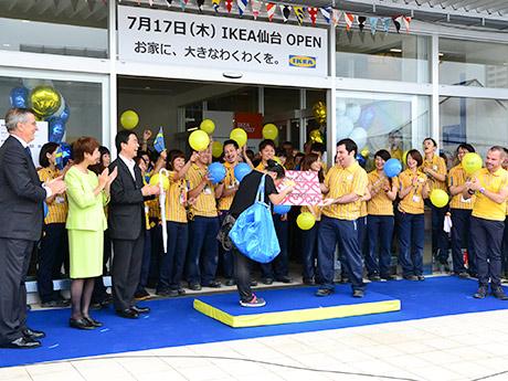 オープニングセレモニーの様子。一番乗りの女性にストアマネジャーから5万円分のギフトカードが贈られた