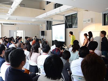 成果発表会の様子。それぞれの発表に受講生や講師が真剣に耳を傾けた