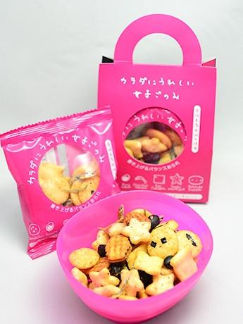 星の形をした「星あられ梅」など3種の米菓、黒豆、小魚、「おしるこクラッカー」が入った「女子ごのみ」