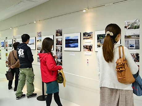 イービーンズ1階で開催中の「石井麻木写真展」。買い物客も足を止めて写真に見入っていた