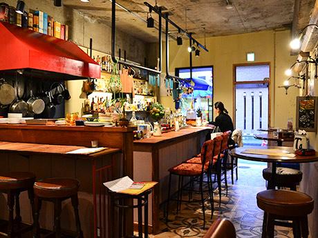 キューバをイメージしたという「マリーズラム」店内。入りやすい雰囲気で通りすがりに立ち寄る客も