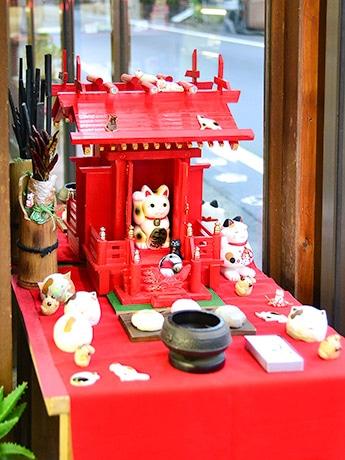 老舗和菓子店「宝万頭本舗」の店内に置かれた「ねこ神社(二宮)」