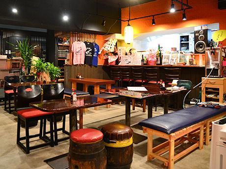 装い新たに再開した「ラブミー牧場」の店内。テーブルや古いビールだるの椅子など、常連客なじみのものも