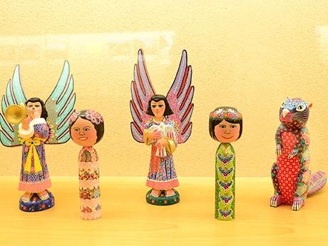 「メキシこけし展」で展示されているメキシこけしとメキシコの手工芸品