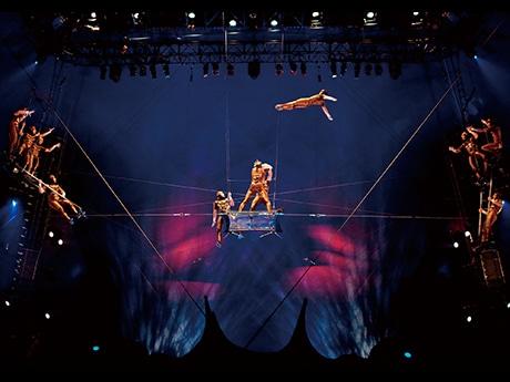 「史上最も美しい」と評される高難度の空中曲芸「フライング・アクト」 Photo : OSA Images Costumes : Liz Vandal ©2009 Cirque du Soleil