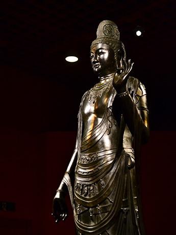 薬師寺伽藍の東側、東院堂に安置される「国宝 聖観世音菩薩立像」。金堂薬師三尊像とともに薬師寺を代表する仏像