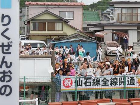 5月30日、4年2カ月ぶりの仙石線全線開通を祝う陸前小野駅周辺の住民たち