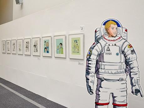 会場を全6章で構成する「宇宙兄弟展」。「第1章 子ども時代、宇宙への憧れ」からスタート