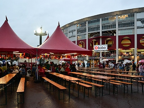 あいにく初日は雨に見舞われたが、来場者はテントの下でビールを楽しんでいた