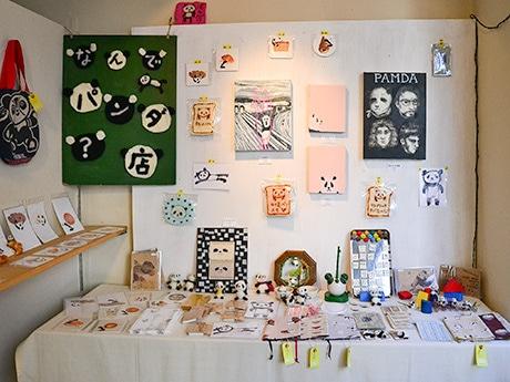 パンダをモチーフにした雑貨が並ぶ展示の様子