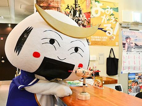 仙台・宮城観光PRキャラクター「むすび丸」もお気に入りの様子。「すごくかわいい。一目ぼれしてしまったので、僕もまねしてみました」