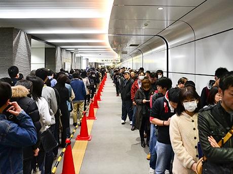 販売初日、地下鉄仙台駅の真新しい連絡通路に600人が列を作った。先頭の男性は朝5時前から並んだという