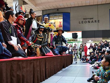 集まった観衆と交流する名古屋おもてなし武将隊と伊達武将隊