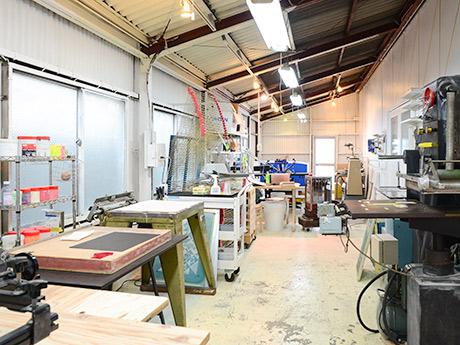 各種印刷加工機が並ぶレンタルスタジオ「analog」施設内