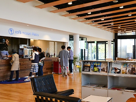国際センター駅2階でドリンクや軽食をテークアウト販売する「カフェ モーツァルト メトロ」