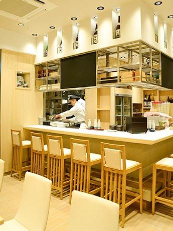 「日本酒の敷居を高くしたくない」と、気軽に利用できる雰囲気に仕上げた店内
