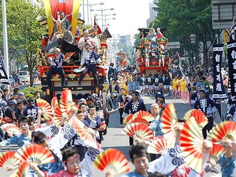 仙台市中心部の大通りを山鉾が巡行し、すずめ踊りが乱舞する「仙台・青葉まつり」。昨年の様子