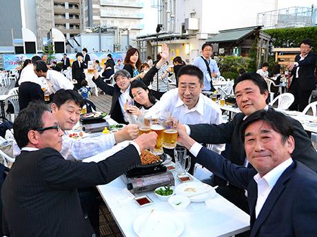 好天に恵まれ初日からビール日和となった藤崎屋上ビアガーデン